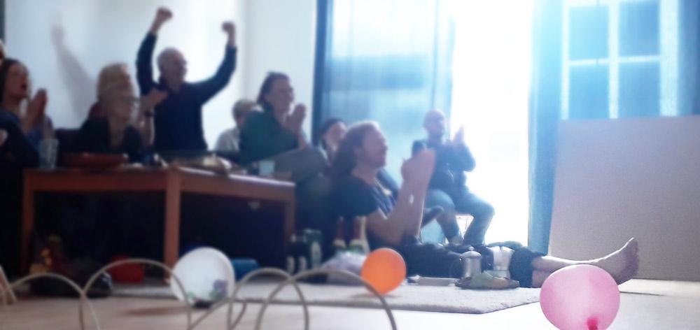 Gruppenfoto von dem Moment, an dem wir von der Entscheidung des Mietshäuser Syndikat erfahren. Großes Feiern und ausgelassener Jubel.